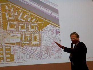 Baudezernent Bodemann vor Plan der Wasserstadt