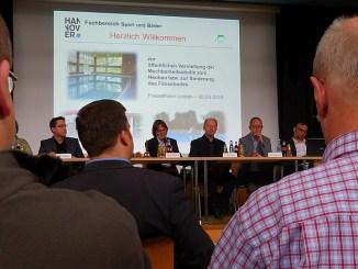 Blick aufs Podium bei Infoveranstaltung Fössebad im Freizheitheim Linden 20.05.16
