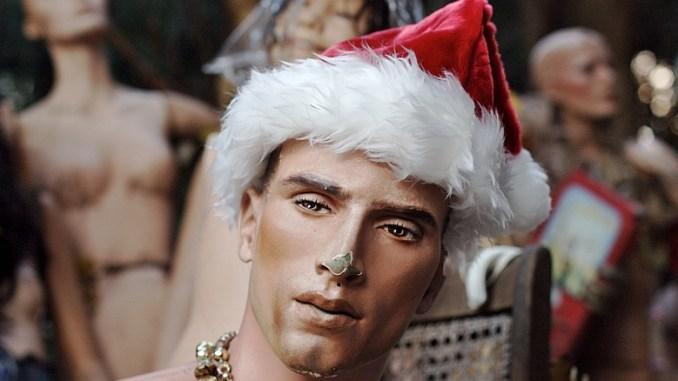 Schaufensterpuppe mit Mütze vom Weihnachtsmann