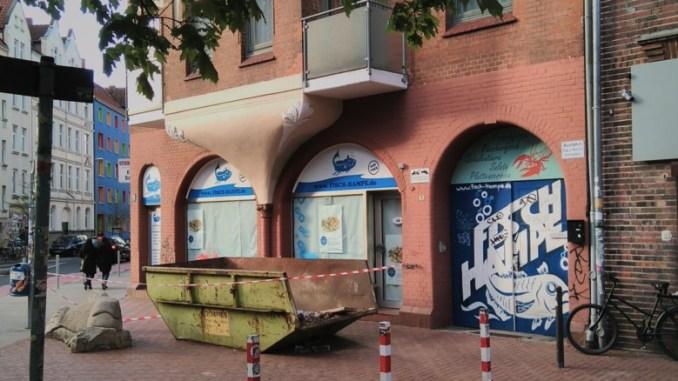 Fisch-Hampe am Schmuckplatz Linden, geschlossen mit Container davor