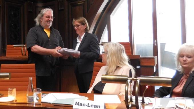 Bezirksbürgermeister Grube übergibt Sportdezernentin Beckedorf die Unterschriften der Petition für das FösseFREIbad