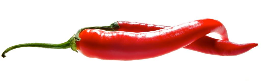 twee rode pepers op een witte achtergrond