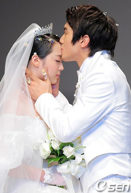 Ciuman di kening, Siwon memberikan kecupan bagi Sulli di atas catwalk.