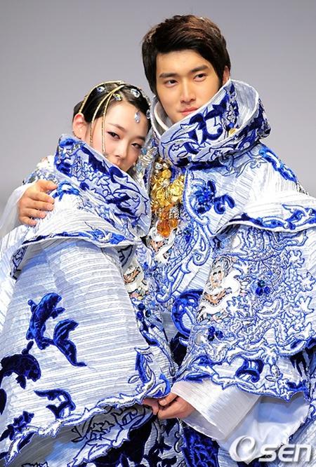 Model busana pengantin Korea klasik, namun dengan sentuhan modern. Sulli dan Siwon nampak begitu glamor dalam balutan baju biru tersebut.