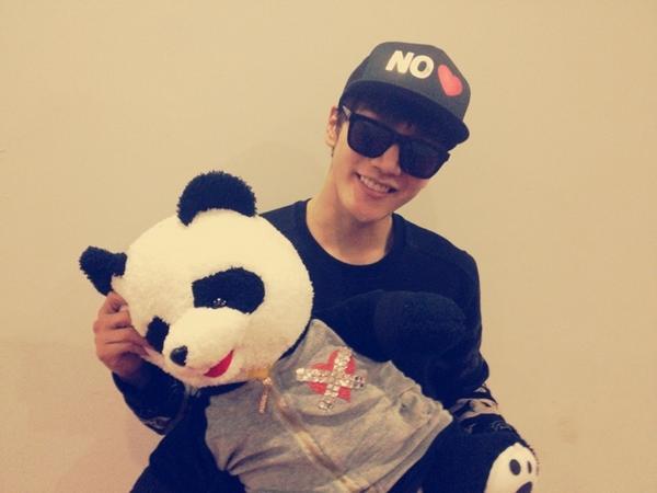 Jun.K memamerkan boneka panda pemberian fans ©allkpop.com