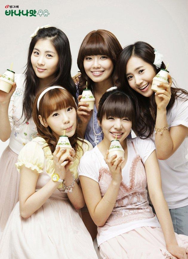 Lima member Girls Generation tengah menikmati banana milk.