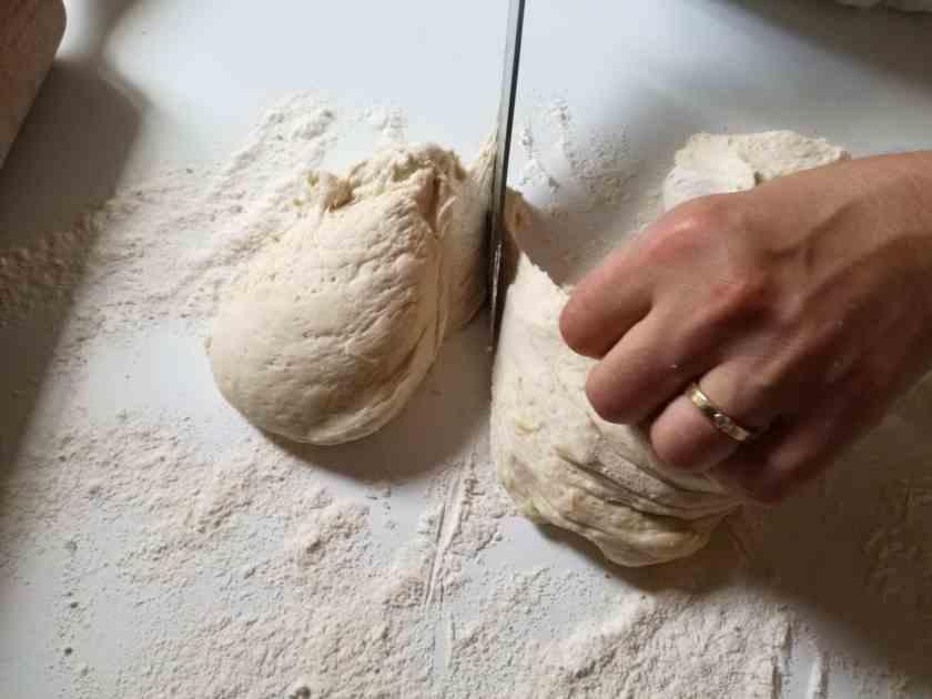 Découpe des pâtons de la pâte à fougasse