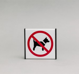Draudžiama vestis gyvūnus Informacinis ženklas yra 93x93mm išmatavimų, padengtas su raudona ir juoda plėvelėmis