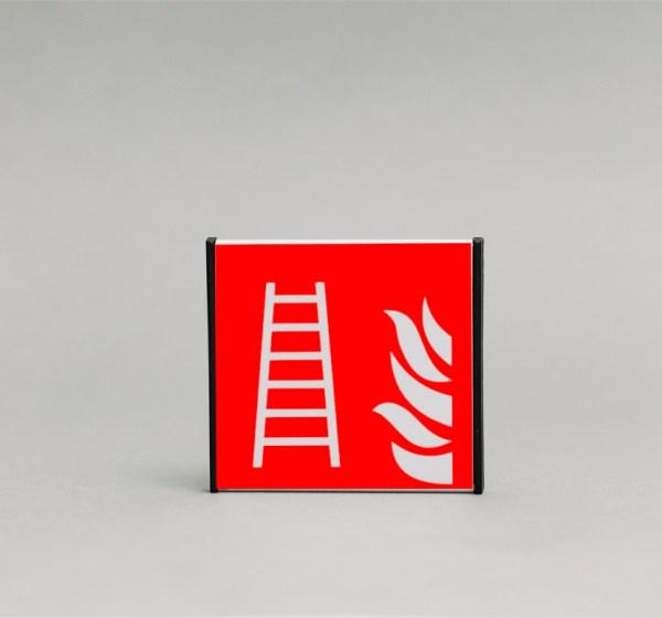 Gaisrinių kopečių ženklas, kuris yra 93x93mm išmatavimų yra skirtas nurodyti priešgaisrines kopečias Jūsų patalpose.