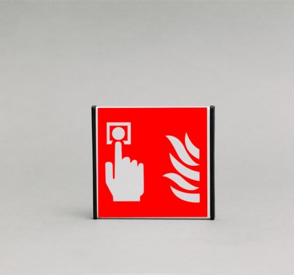 Gaisro aliarmo skelbimo vietos ženklas, kuris yra 93x93mm išmatavimų yra skirtas nurodyti aliarmo skelbimo vietą kilus gaisrui patalpose.
