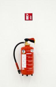 Taip yra naudojami saugos ženklai. Gesintuvo saugos ženklas yra kabinamas virš pačio gesvintuvo.