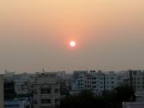 Vaizdas pro lietuvės namų langą Indijoje, apie 7 mln. gyventojų talpinančiame Hyderabado miesteTelanganos valstijoje, Pietų Indijoje.