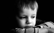 Neuveriteľný príbeh smutného chlapca: Stačila chvíľka a jeho život sa zmenil na peklo, pričom sa to vôbec nemuselo stať