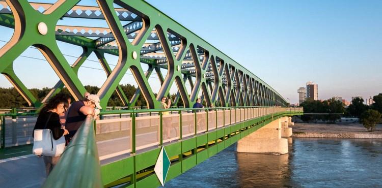 Človek skočil zo Starého mosta do Dunaja!