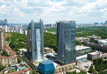 Čína opäť šokuje! Tentokrát vytvorila najvyšší umelý vodopád, ktorý sa pýši na budove mrakodrapu