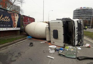 V Petržalke sa prevrátil domiešavač. Zraneného vodiča previezli do nemocnice