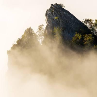 Mist zonsopkomst bergtop