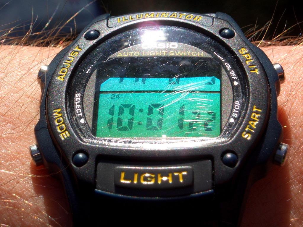 Reloj Casio negro con detallles en amarillo con la mica rayada