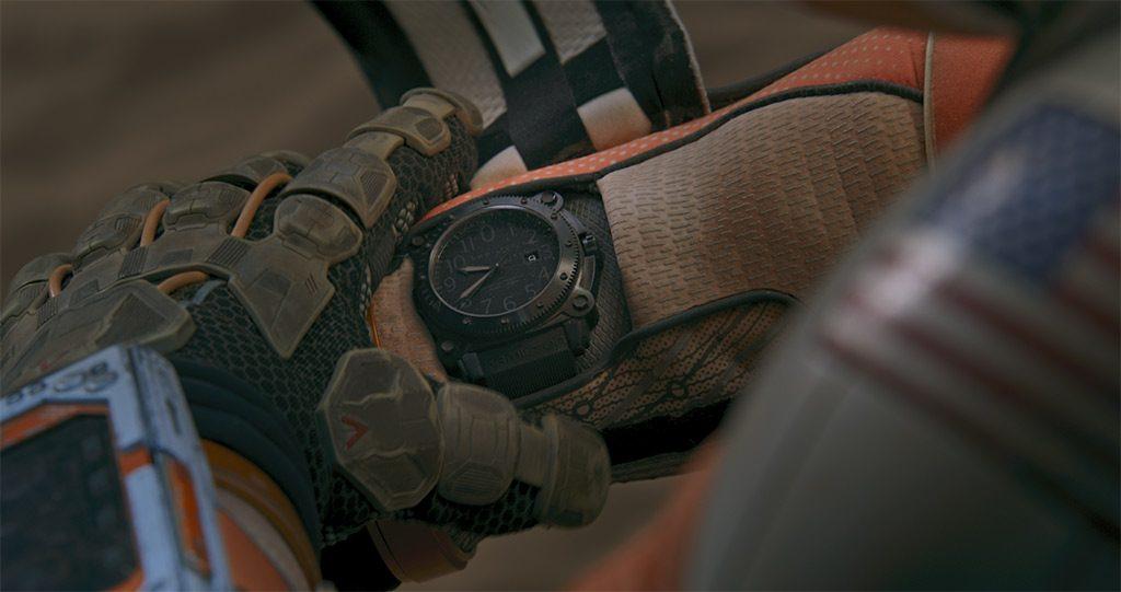 Mano de un hombre usando el reloj Hamilton en color negro