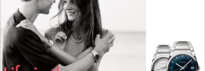 Portada en tonos grises con un hombre y una mujer utilizando el reloj Calvin Klein y en la parte inferior los relojes Calvin Klein