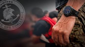 Mano de un hombre con un reloj Luminox en color negro con el dial en color azul marino