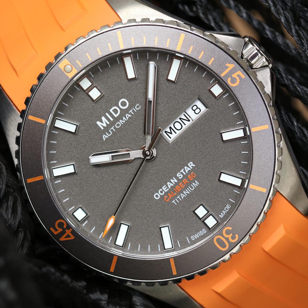 Caratula del reloj Ocean Star en color plateado con correas naranjas