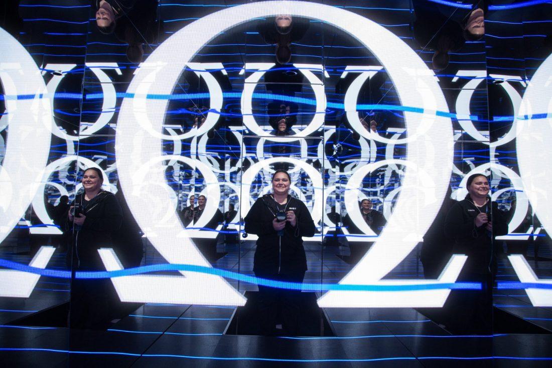Marlene Lang vestida de negro frente a varios espejos