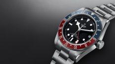 Black Bay GMT Tudor con fondo negro y marco rojo con gris