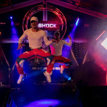 Bailarines en el 35 aniversario de G-Shock Casio en Cancún