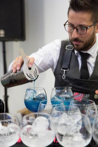 """Barman en el evento de Longines por el estreno de """"Back to the future of Quartz"""" con bebida azul"""