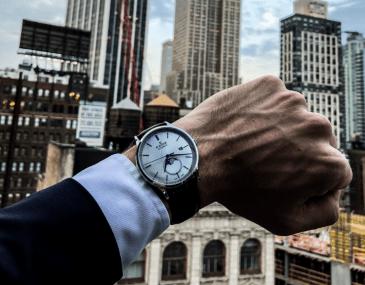 EDOX colaboracion Artworth Brothers en NY con edificios de fondo