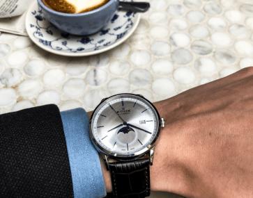 EDOX colaboracion Artworth Brothers en NY reloj brillante con café de fondo