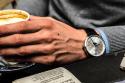 Hombre con reloj EDOX sosteniendo una taza de café