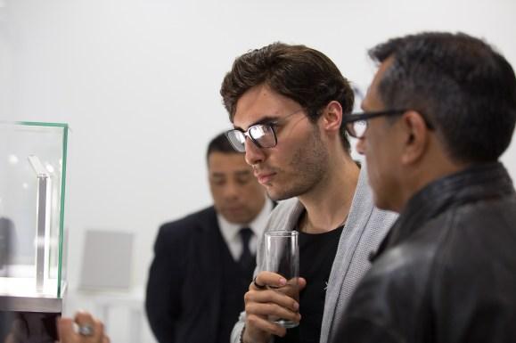 """Hombre de lentes con copa en mano en el estreno de """"Back to the future of Quartz"""""""