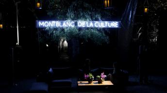 """Letrero fosforescente """"Montblanc de la Culture"""""""