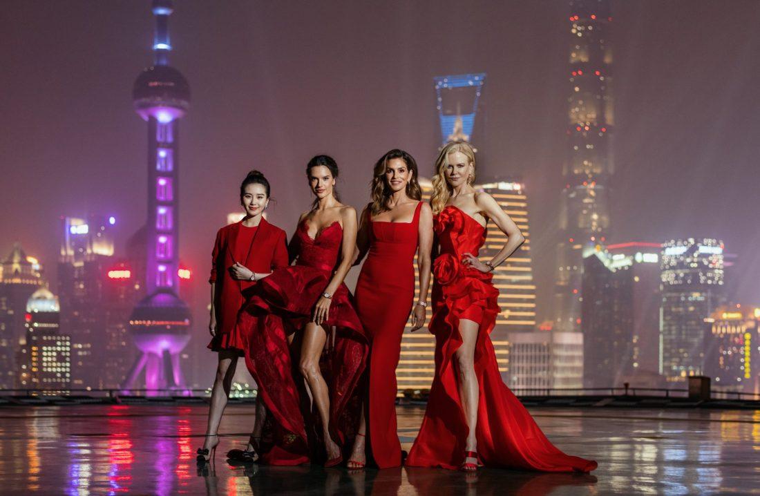 Modelos vestidas de rojo con fondo de ciudad en Constellation Manhattan OMEGA lanzamiento en Shanghai