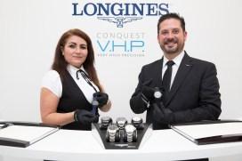"""Presentadores hombre y mujer en el evento Longines del estreno """"Back to the future of Quartz"""""""