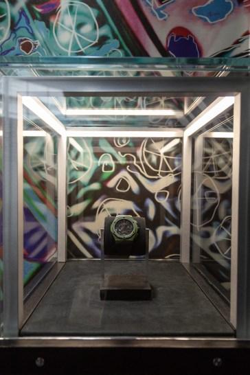 Richard Orlinski creación en mostrador con vidrio alrededor