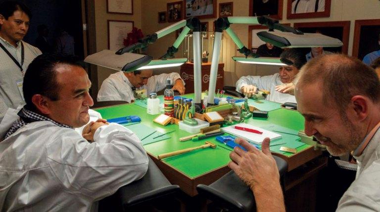 Mesa verde con hombres alrededor de la misma