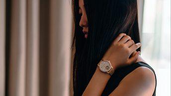 Reloj de colección Bohème en color rosa con detalles dorados representando el espíritu de la feminidad