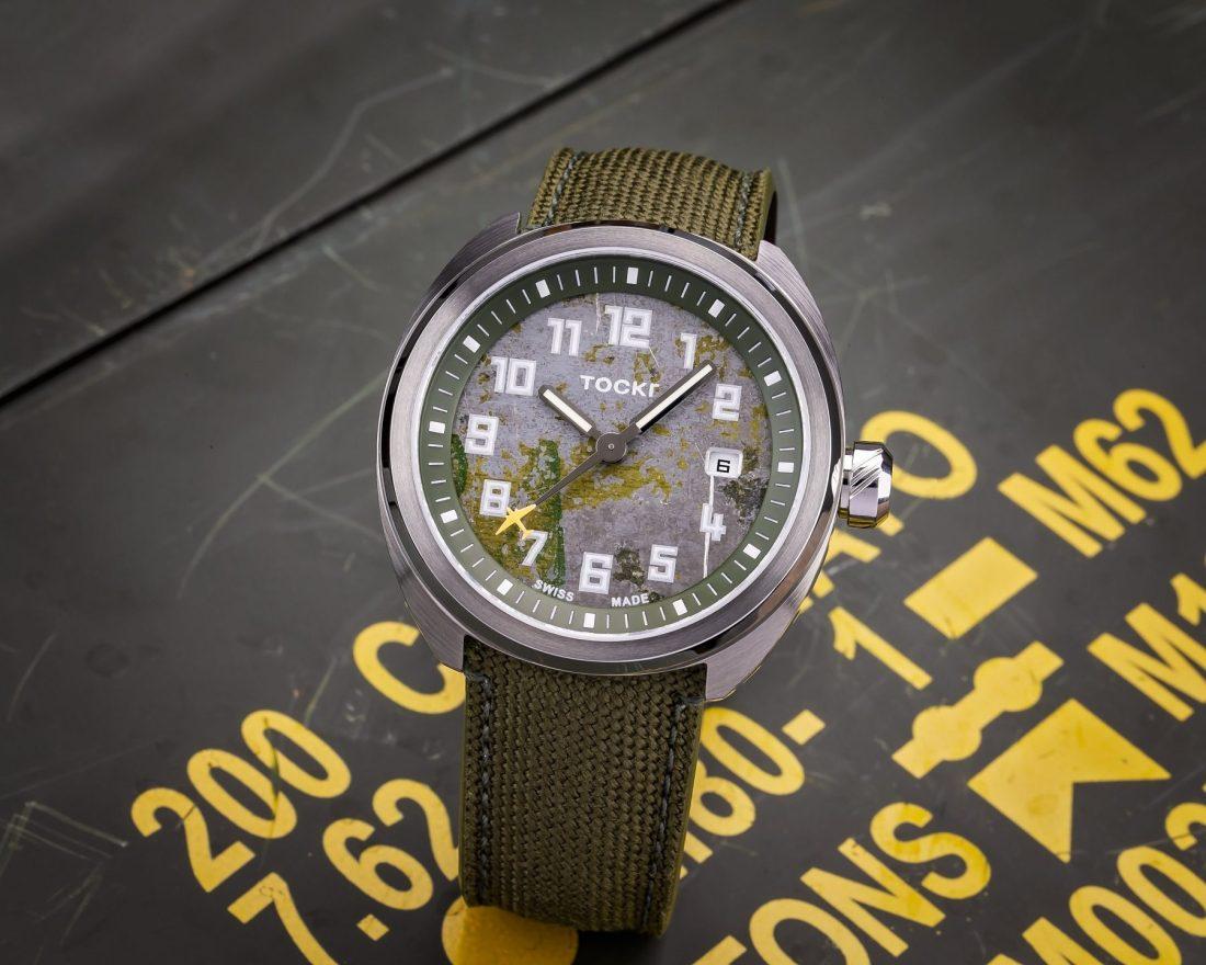Reloj That's All Brother de frente y fondo verde con letras amarillas