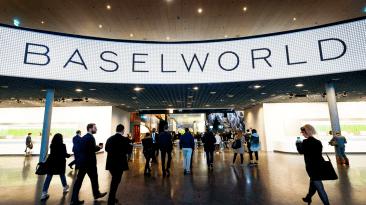 Personas entrando al evento Baselworld