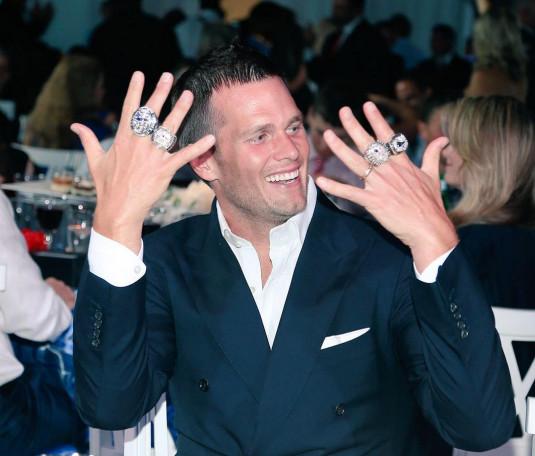 Tom Brady mostrando sus anillos de Super Bowl