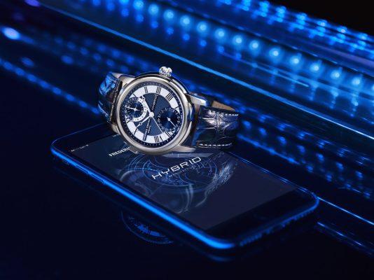Reloj Frédérique Constant Hybrid Manufacture en color azul con detalles plateados sobre un celular