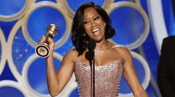 Regina King en los Golden Globes 2019 con premio en la mano