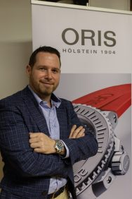 David Weber Director regional de Oris con saco y camisa azul con pantalon cafe