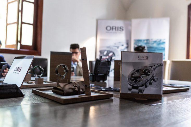 Exposición de relojes de Oris como un Pre-Baselworld
