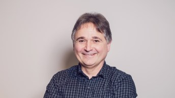 Jens Schneider Director de Desarrollo en Lang & Heyne de Dresden con camisa azul con gris