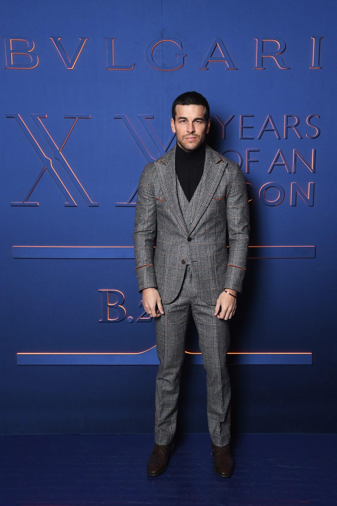 Mario Casas en el evento Bvlgari con traje en color gris