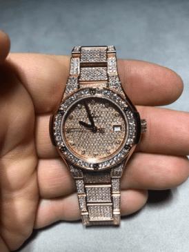 Reloj con incrustacion de diamantes en las correas y al rededor de la caratula